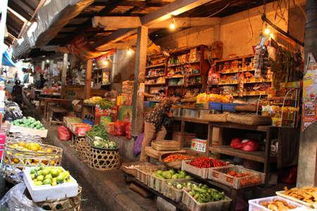 evento social: Klungkung, Indonesia - 07 2012: Los pobladores de las cercanas colinas cabeza al Mercado Klungkung expansi?ada 3 d?, y lo convierten en un gran evento social. Hay cientos de puestos de venta tradicionales. 15 de julio 2012 en Klungkung, Indonesia.