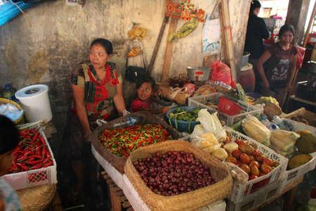 Klungkung, INDONESIË - juli 2012: Dorpelingen uit de nabijgelegen heuvels hoofd naar de uitgestrekte Klungkung Markt om de 3 dagen, en maak er een enorme sociale gebeurtenis. Er zijn honderden van de traditionele kraampjes. 15 juli 2012 in Klungkung, Indonesië.