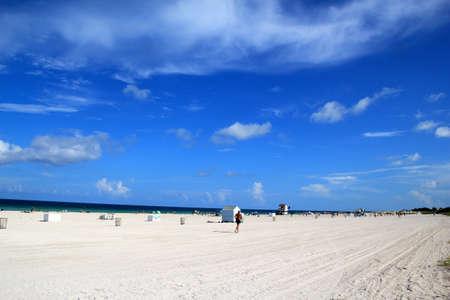 Wit zand en blauwe hemel op Miami Beach