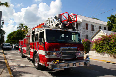 KEY WEST, FL augustus 2010: Key Wests Fire Truck rijdt terug naar de brigade centrale na een vals brandalarm. Stijgende temperaturen deze zomer houdt de brandweer op scherp. 10 augustus 2010, Key West, Florida.
