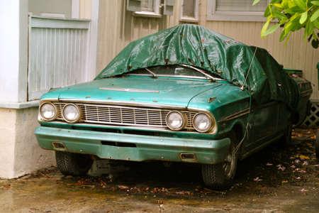 KEY WEST, FL - augustus 2010: Een groen gekleurde old-timer is beschermd tegen regen en gebladerte. 10 augustus 2010, Key West, Florida.