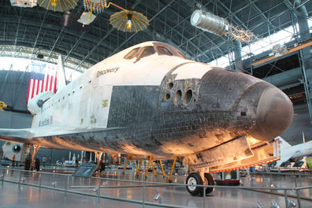CHANTILLY, VIRGINIA 9 september NASA's Space Shuttle Discovery tentoongesteld in het Smithsonian National Air and Space Museum Steven F Udvar-Hazy Center 9 september 2013 Chantilly, Virginia Redactioneel