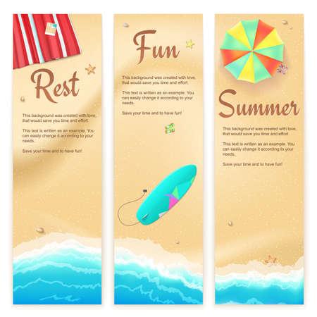 Set von Vektor-Banner mit sonnigen Sandstrand mit türkisfarbenen Meer Gezeiten, Regenschirm, Matte und Surfbrett. Sommer-Reise-Hintergrund, Werbeplakat für Ihr Unternehmen Vektorgrafik
