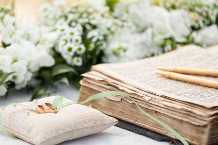 broken contract: wedding rings Stock Photo
