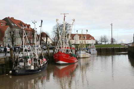 Trawler im Hafen von Tönning Standard-Bild - 92854838