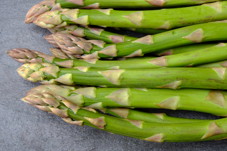 Green asparagus at the weekly market Banque d'images