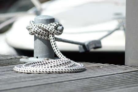 Bollard with rope on the jetty Standard-Bild