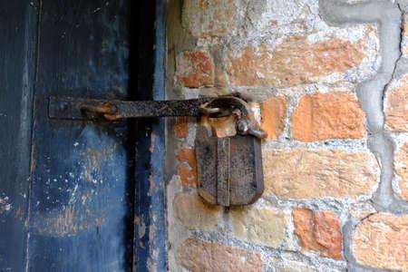 Antique padlock on a mysterious door Standard-Bild