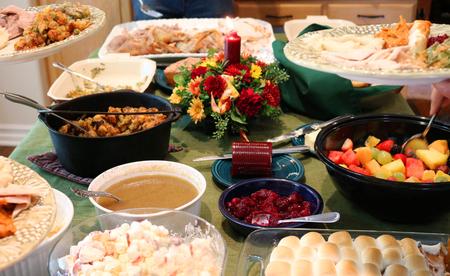 Casual cena del ringraziamento sul tavolo con piastre di riempimento della famiglia