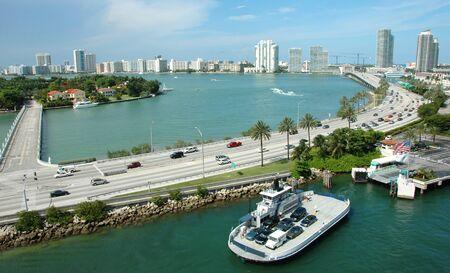 高速道路都市のスカイライン、フォア グラウンドでフェリー マイアミ フロリダ水路の航空写真