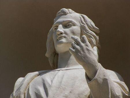 Antiek standbeeld verschijnt om met vinger te gebaren
