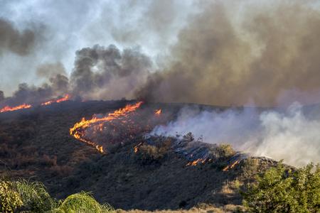 California Woolsey Fire Burns Hillside mit orangefarbenen Flammen und Rauch