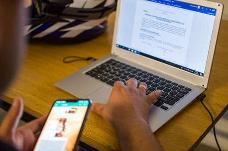 Mani su un notebook o laptop. Lavorando. studiando