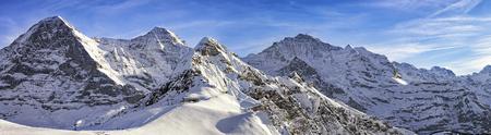 4 つのアルプス山脈 (ユングフラウ、アイガー、メンヒ、チューゲン) とスイス アルプスのスキー リゾートのパノラマ 写真素材