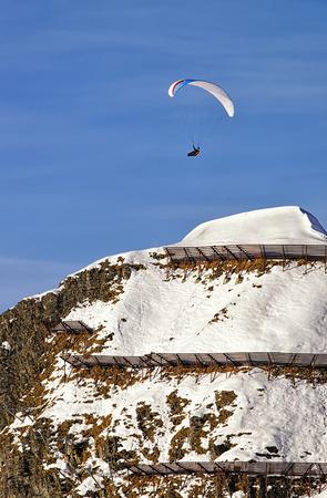 parapente: Parapente en invierno Alpes suizos