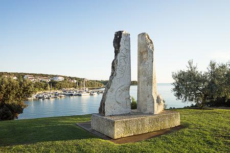 モダンアート: プーラ、クロアチアに近いマリーナでボートを夏の海湾港の海岸に現代アート スタチュー