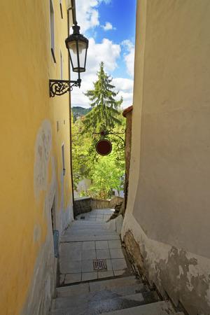 bajando escaleras: Estrecha bajar escaleras calle en Cesky Krumlov Foto de archivo