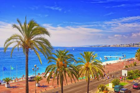 NICE, FRANCE - srpen 9,2010: Promenade d Anglais (anglicky promenáda) v Nice, Francie v létě. Letecký pohled na západ