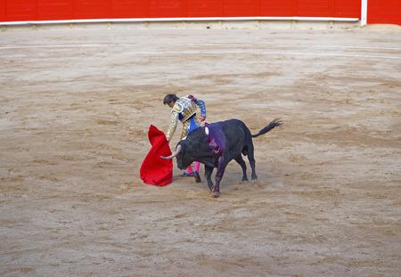 corrida de toros: Torero español burla al toro para mostrar su carácter durante una corrida de toros en Barcelona, ??España Editorial