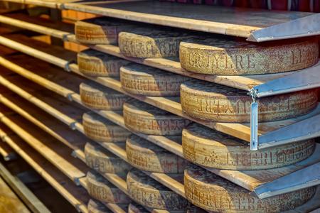 queso: Envejecimiento de queso en un s�tano de la f�brica de quesos Maison du Gruy�re en Suiza. Gruyere es un famoso queso suizo conocido generalmente como uno de los mejores quesos de fondues y para la cocci�n