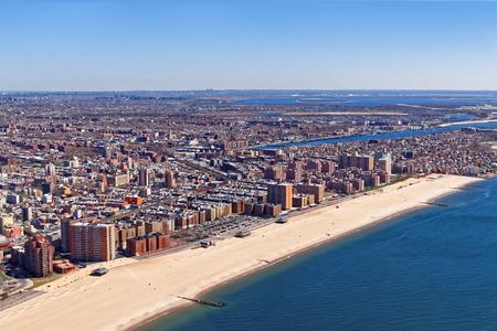 アメリカ、ニューヨークのロングアイランドの空撮。ニューヨーク市クイーンズ区の最西端の住宅および商業近隣です。 写真素材