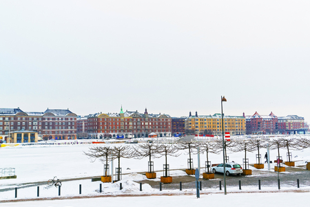 case colorate: Colorful facades along Harbor in Copenhagen in Denmark in winter. It is a waterfront district in Copenhagen, Denmark. It is lined by colorful houses and other buildings. Archivio Fotografico