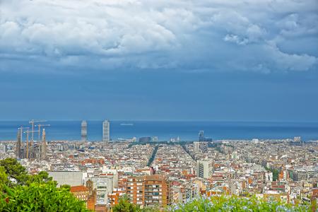 サグラダ ファミリアとスペインのバルセロナで地中海のパノラマ ビュー。大聖堂と聖家族贖罪教会として英語で呼び出されます。アントニ ・ ガウ 写真素材