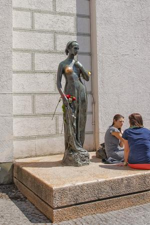 juliet: MUNICH, GERMANY - MAY 8, 2013: Juliet statue in Marienplatz near the Old City Hall in Munich in Germany. People nearby