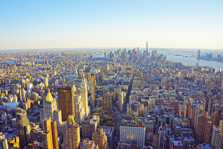 Luftaufnahme von der Beobachtungsplattform im Empire State Building auf Flatiron District von New York. Downtown Manhattan, Lower Manhattan und Brooklyn sind auf dem Hintergrund. Standard-Bild - 55108695