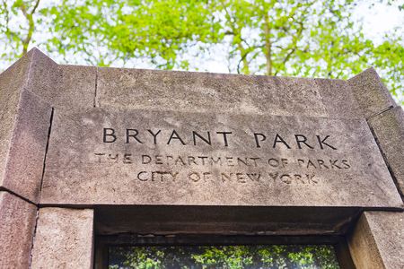 bryant: Sign at the entrance of Bryant Park in Midtown Manhattan, New York, USA.