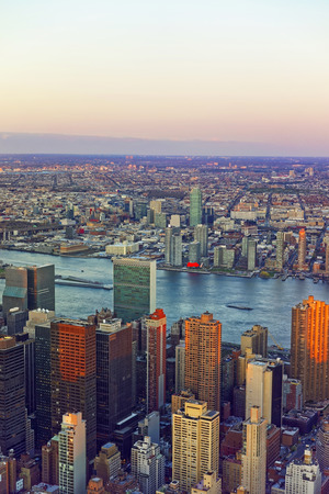 Aerial view on Midtown Manhattan and Long Island City, New York City, USA. Skyline with skyscrapers. East River. Standard-Bild