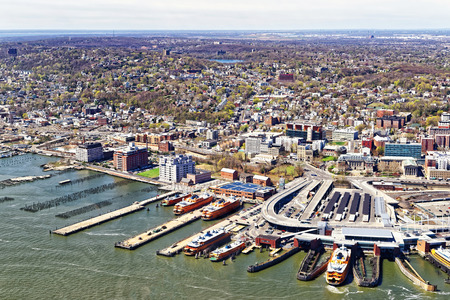 スタテン島の St ジョージのフェリー ターミナル、ニューヨーク市、米国の空撮。 写真素材 - 56072582
