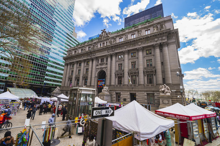 alexander hamilton: NEW YORK, USA - 24 aprile 2015: Street view su Alexander Hamilton US Custom House, Lower Manhattan, New York, Stati Uniti d'America. Ora è il Museo Nazionale degli Indiani d'America. vicino Tourist