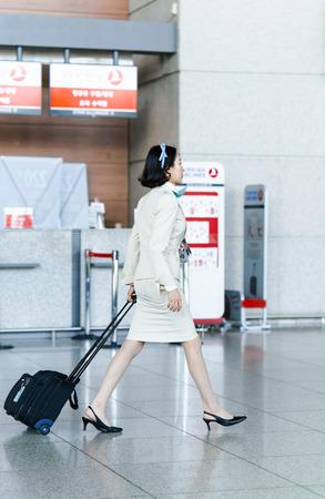 hotesse de l air: Incheon, Corée du Sud - 15 Février, 2016: asiatique femme agent de bord aérien coréen à l'aéroport international d'Incheon. Il est l'un des plus grands et aéroports les plus fréquentés du monde.