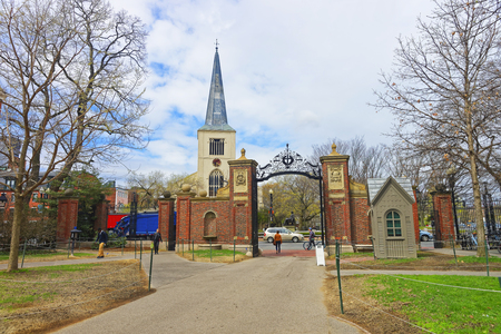 harvard: First Parish Church in Cambridge in Harvard Square and tourists at Harvard Yard in the campus of Harvard University in Cambridge, Massachusetts, MA, USA. The church is built 400 years ago.