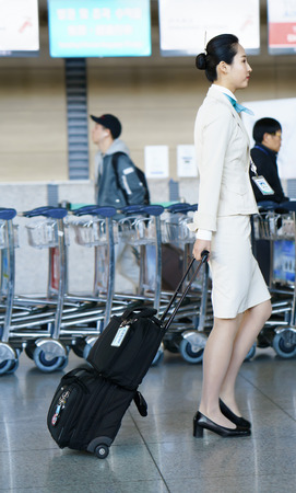 air hostess: Incheon, Corée du Sud - 15 Février, 2016: asiatique femme hôtesse de l'avion de l'air à l'aéroport international d'Incheon. Il est l'un des plus grands et aéroports les plus fréquentés du monde.