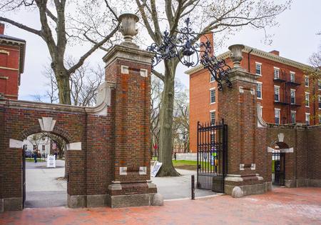 harvard university: Entrance gates and a dormitory building in Harvard Yard of Harvard University in Cambridge, Massachusetts, MA, USA