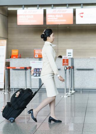 hotesse de l air: Incheon, Corée du Sud - 15 Février, 2016: asiatique coréenne hôtesse de l'avion de l'air sur l'aéroport international d'Incheon. Il est l'un des plus grands et aéroports les plus fréquentés du monde. Éditoriale