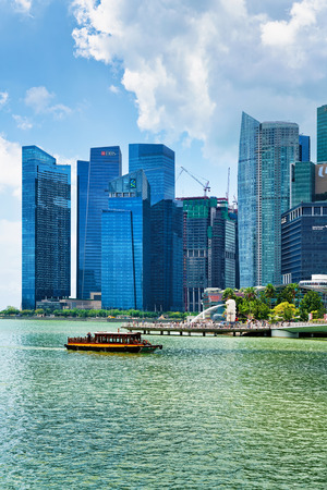 Singapore, Singapore - March 1, 2016: Ferry boat and Skyline of Downtown Core at Marina Bay Financial Center in Singapore. Фото со стока - 61628641