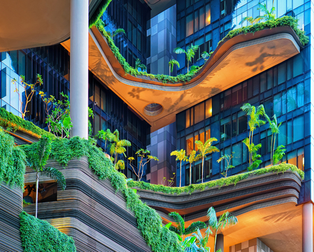 turismo ecologico: Singapur, Singapur - 1 de marzo de, 2016: La arquitectura moderna de un balcón edificio con mucho las plantas verdes. El diseño moderno en el centro de Singapur. Editorial