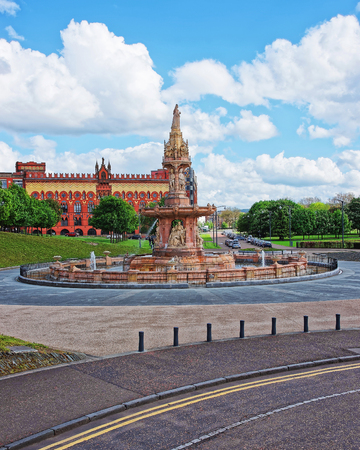 Royal Doulton Fountain in Glasgow Green park. Glasgow is the city in the Lowlands in Scotland in the United Kingdom. Standard-Bild