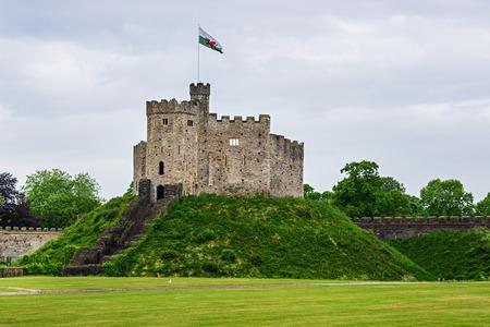 Watch Tower con una bandiera del Castello di Cardiff a Cardiff nel Galles del Regno Unito. Cardiff è la capitale del Galles.