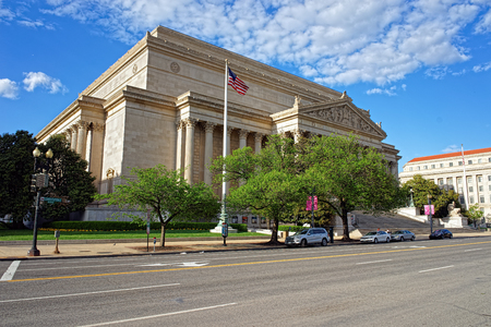 Constitución: National Archives Building is a part of the National Mall in Washington D.C., USA. It was built 1935 and the architect who designed it was John Russell Pope. Usually called Archives I.