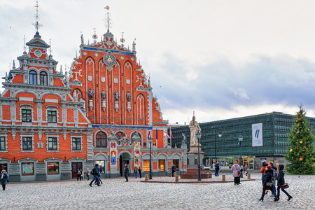 fraternidad: Riga, Latvia - December 26, 2015: Glowing House of the Blackheads in the center of old town in Riga, Latvia. It was originally built for guild Brotherhood of Blackheads. Editorial