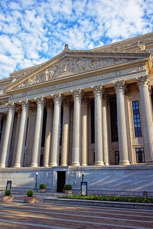 Vista de primer plano en el National Archives Building en Washington DC, Estados Unidos. Por lo general, se llama Archivos I. Es la sede original de la Administración Nacional de Archivos y Registros. Foto de archivo - 64877059
