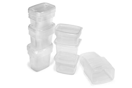 envases plasticos: Ver a través de los envases de plástico aisladas sobre fondo blanco