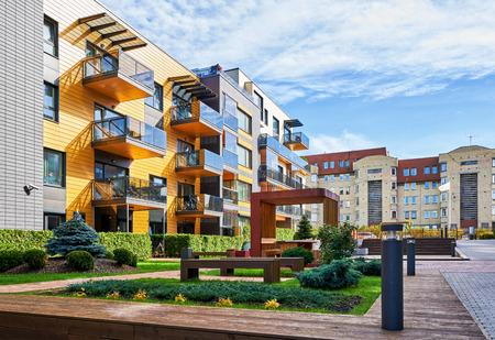Modern complex van flat woongebouwen. Met veel bankjes en buitenfaciliteiten.