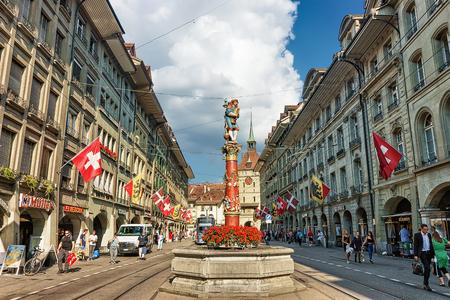 Berne, Suisse - 31 août 2016: Les gens à la fontaine Piper sur la rue Spitalgasse avec zone commerçante dans le vieux centre-ville de Berne, en Suisse