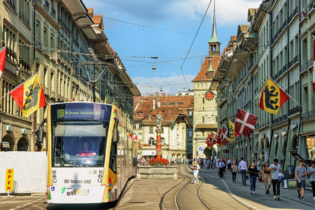 Berne, Suisse - 31 août 2016: Tramway et gens à la fontaine Piper sur la rue Spitalgasse avec quartier commerçant dans le vieux centre-ville de Berne, Suisse