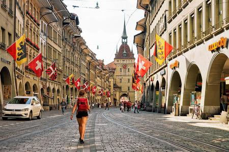 Berne, Suisse - 31 août 2016: Fille avec sac à dos et autres personnes à la tour Kafigturm sur la rue Marktgasse avec une zone commerçante dans le vieux centre-ville de Berne, en Suisse